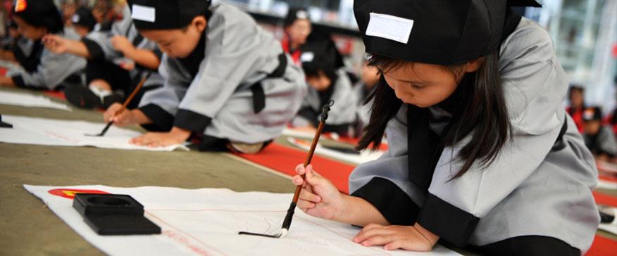 """喝范桑口胡画少儿艺术中心为500名小朋友举行""""开笔"""