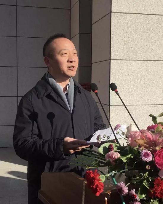 解放军艺术学院客座教授、介居书院院长张智重宣读中国书法家协会原主席沈鹏先生的贺信