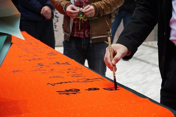 3.嘉宾签到处师友们泼墨挥毫.jpg
